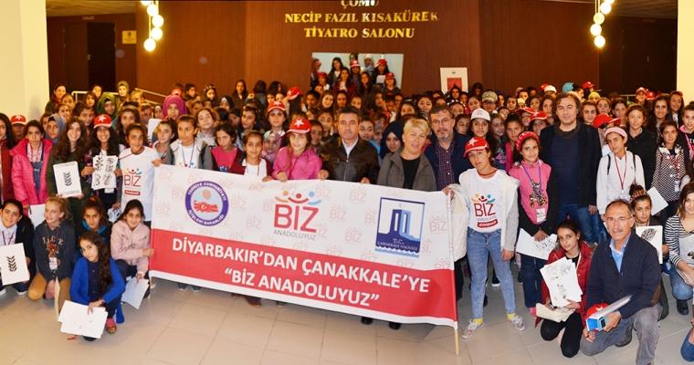 İçişleri Bakanlığınca hayata geçirilen Diyarbakır'dan Çanakkale'ye ''Biz Anadoluyuz'' Projesi kapsamında kente gelen 182 kız öğrenci, ÇOMÜ Güzel Sanat
