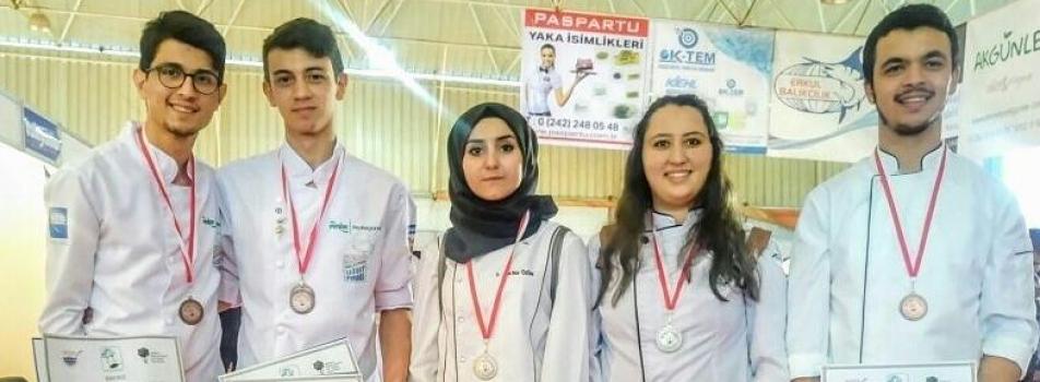 Gökçeada UBY Gastronomi ve Mutfak Sanatları Bölümü Öğrencileri 7. Şef Mavi Fethiye Ulusal Yemek Yarışmasından Madalyalarla Döndü
