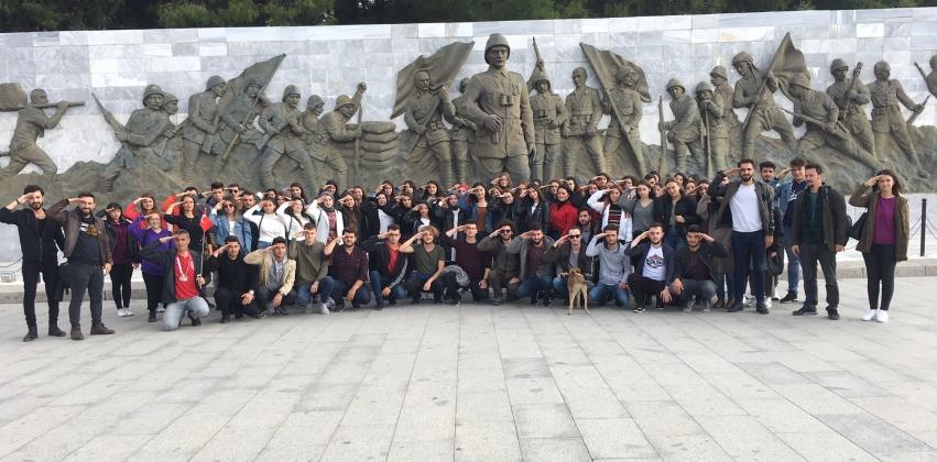 """""""ÇOMÜ Öğrencileri Ecdadı İle Buluşuyor""""  Projesi Kapsamında Şehitlik Gezisi Düzenlendi"""
