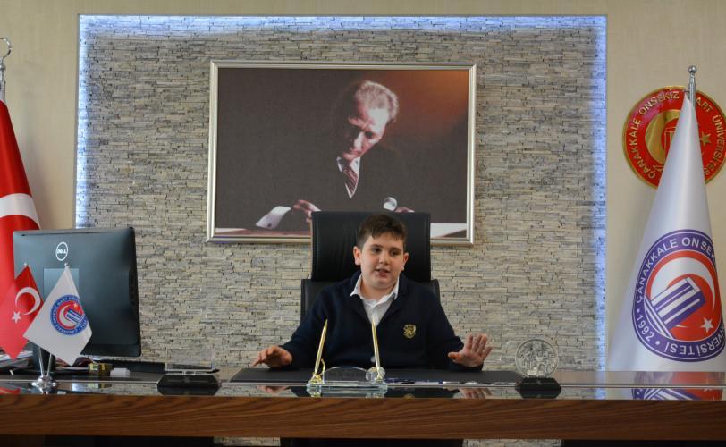 23 Nisan'da Temsili Rektör Koltuğuna 18 Mart İ.Ö.O. Öğrencisi Emir Oturdu