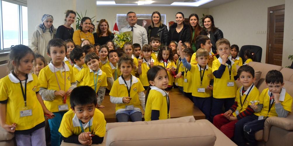 Çocuklar Evi Kreş ve Anaokulu Öğrencilerinden Rektör Acer'e Öğretmenler Günü Ziyareti