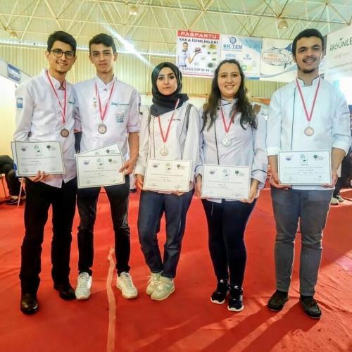 Gökçeada UBY Aşçılık Takımı Öğrencileri, Ulusal Yemek Yarışmasında Madalyalar Kazandı