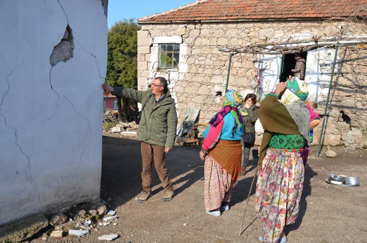 Prof. Dr. Süha Özden ve Akademisyenler Deprem Bölgesinde Hasar Gören Binaları İnceledi
