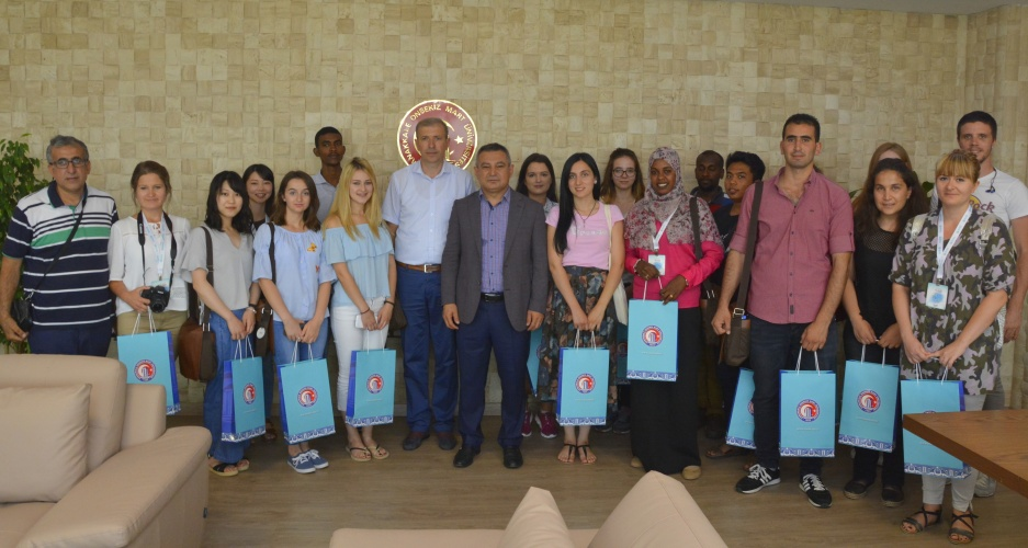TÖMER Yaz Okulu Yabancı Öğrencileri ÇOMÜ Rektörü Prof. Dr. Yücel Acer'i Makamında Ziyaret Etti