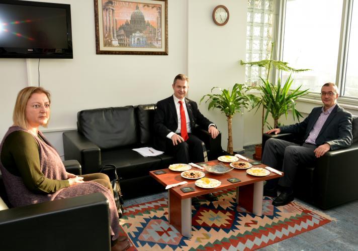 Yeni Zelanda Büyükelçisi Curr, Rektör Yardımcısı Özden'i Makamında Ziyaret Etti